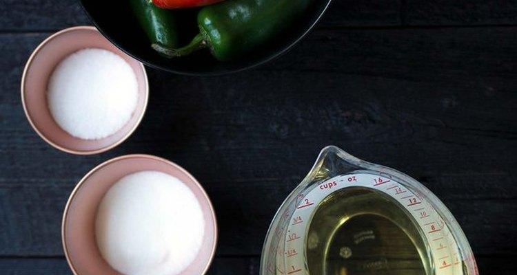 Usa jalapeños verdes y rojos para esta receta de encurtidos.