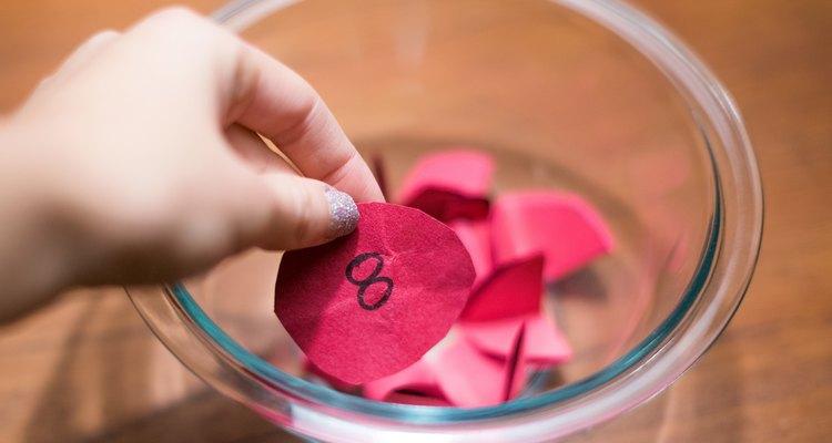 Para hacer que el juego dure más, los invitados pueden abrir su regalos de a uno a la vez para que todos puedan ver lo que el otro recibe.