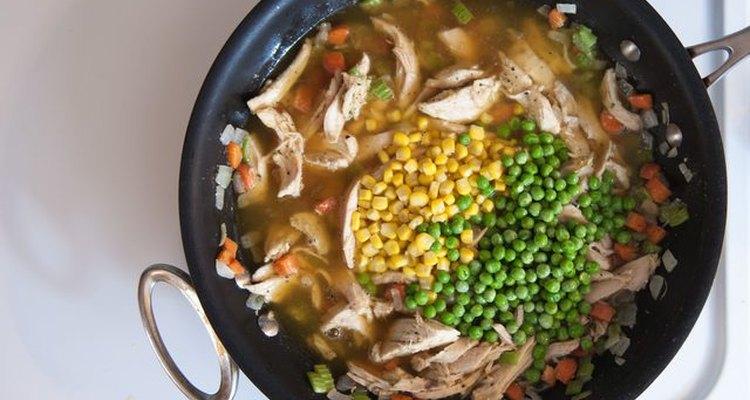 Añade el caldo de pollo a tu preparación.
