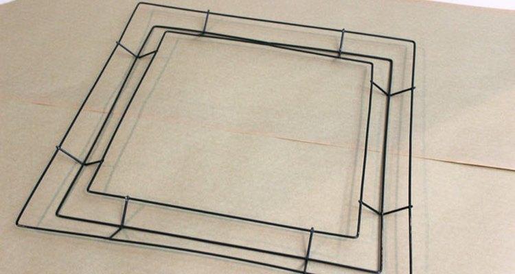 Uma estrutura metálida quadrada dá um toque moderno à coroa