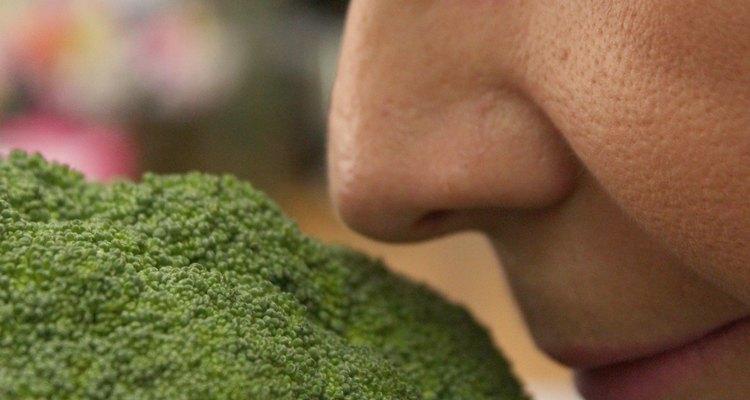 Aproxime o brócolis do nariz e inale profundamente