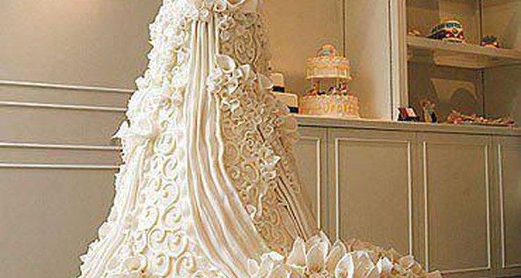 Esta torta de bodas luce como un vestido de novia real.