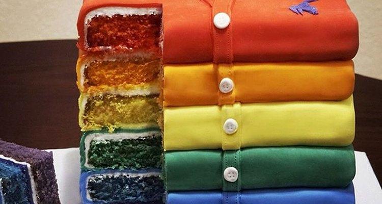 Esta es una torta colorida y creativa para un hombre joven.