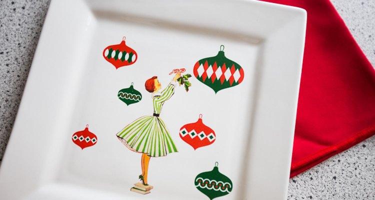 Usa fotos o imágenes prediseñadas para hacer una bandeja personalizada para las fiestas.