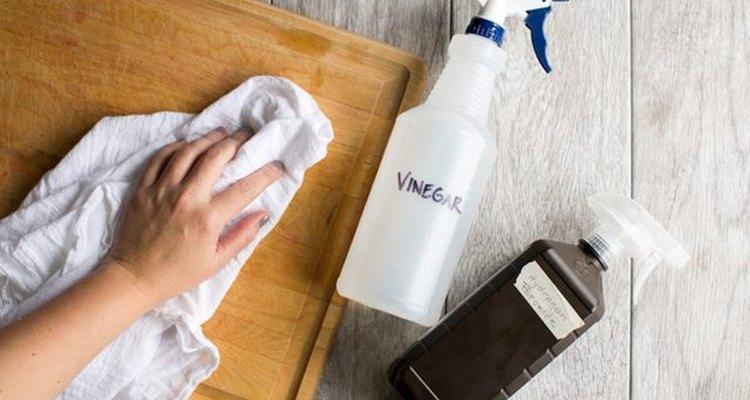 Usa el vinagre para desinfectar las superficies.