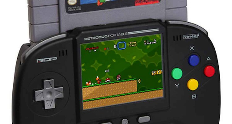 Imagen de la consola portátil que sirve para jugar con cartuchos de consolas antiguas