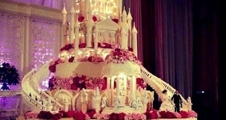Los detalles de esta torta de bodas con forma de castillo son asombrosos.