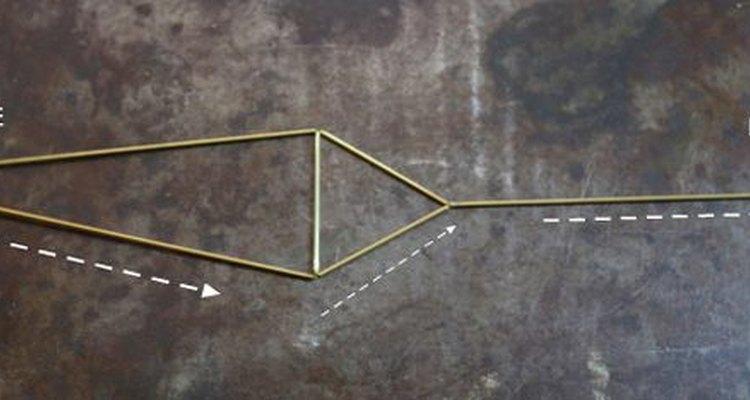 Añade el tubo faltante para formar una pirámide.