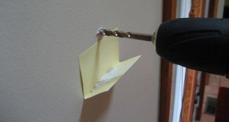 Un papel con adhesivo funcionando como estante para polvo