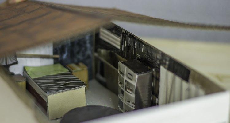 Um pedaço plano de papelão pode ser o telhado da sua casa