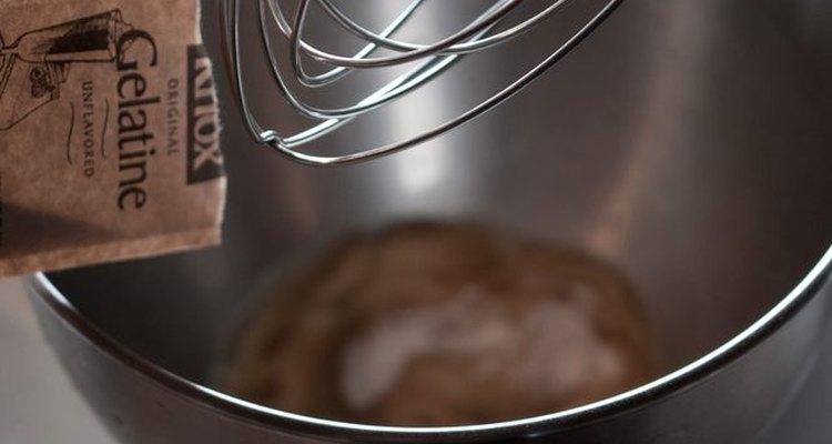 Vierte la gelatina en un tazón y mézclala con agua helada.