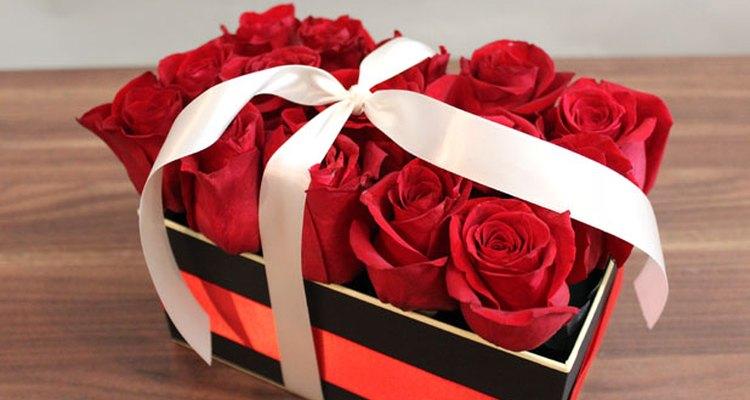 Envuelve una cinta alrededor de las rosas y de la caja.
