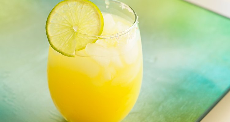 Um mix de limão com açúcar pode ser usado para preparar um ótimo drinque