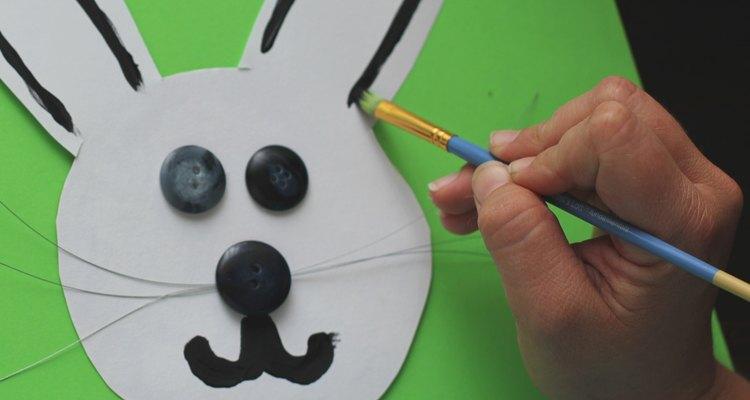 Pinte o rosto do seu animal na tampa de plástico ou faça um rosto usando o papelão da caixa de cereal