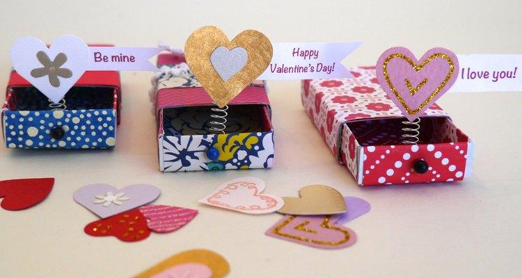 Un trío de tarjetas pop up de San Valentín.