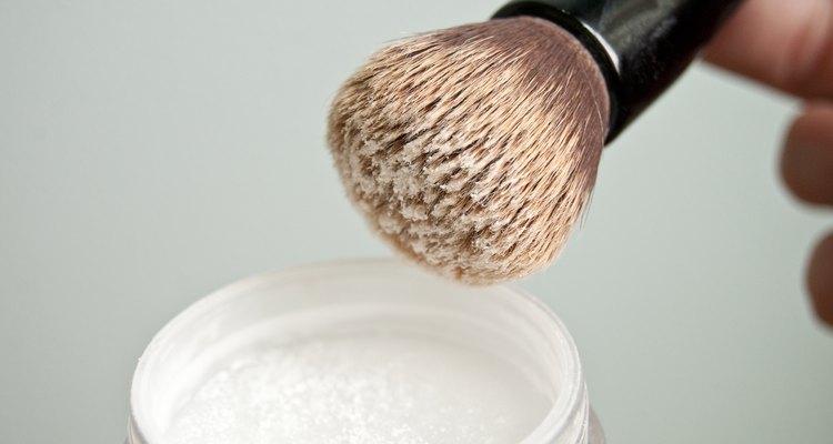 Aplica el polvo translúcido para fijar el maquillaje.