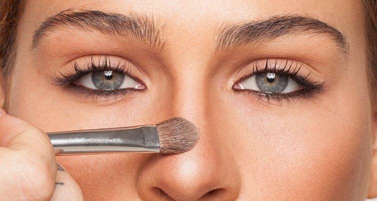 La técnica contouring de maquillaje afina tus rasgos.