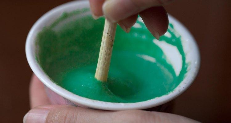 Una mezcla de agua, jugo de limón, henna y huevo puede estimular el crecimiento del cabello.