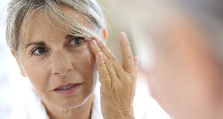 Use hidratante e base sem misturas para ocultar manchas solares e minimizar as linhas do rosto