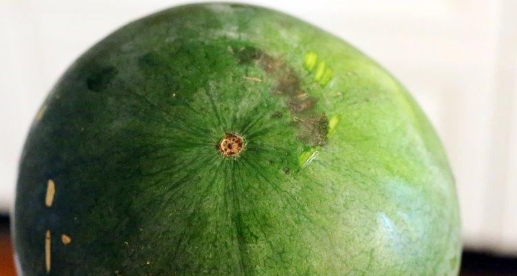 Procure por manchas escuras ou sinais de bolor na superfície da fruta