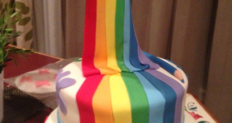 Este pastel es una idea novedosa y colorida para un cumpleaños infantil.