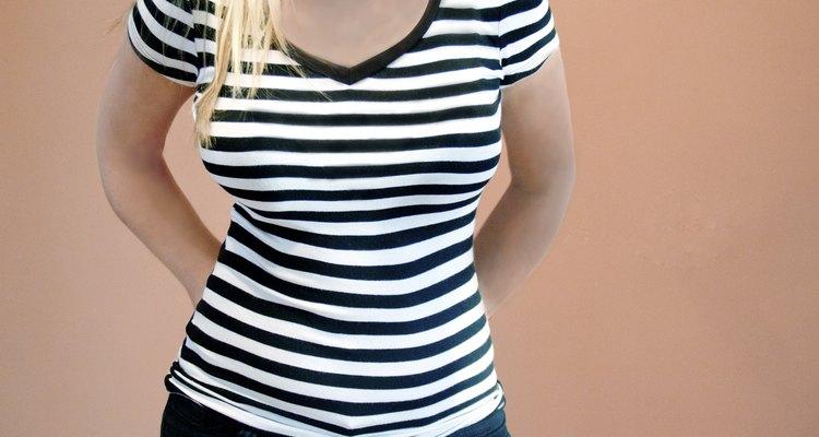 Use uma camiseta listrada em preto e branco