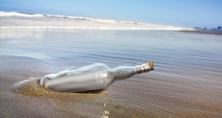 Entierra una botella debajo del agua.