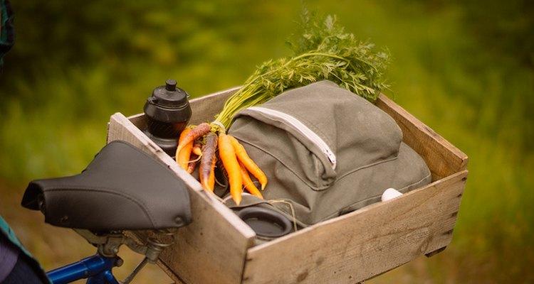 Imagen de una mochila y verduras extraídas por estudiantes del movimiento Slow Food