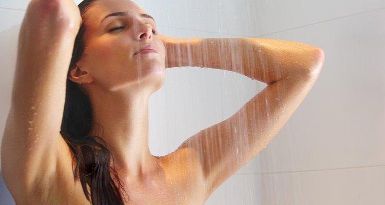 Evita las duchas calientes para que tu piel luzca tersa, saludable y radiante.