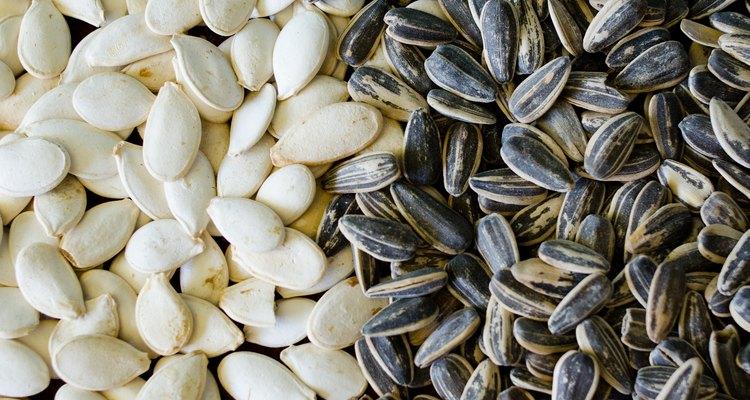 Quita las cáscaras de las semillas de calabaza para disfrutar los granos.