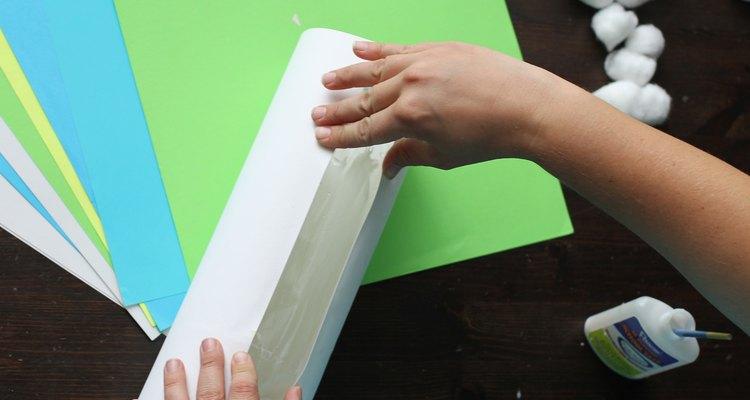 Envolva suas mãos ao redor do papel até que a cola seque