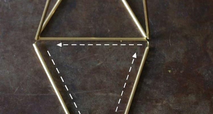 Añade otro triángulo a la base.