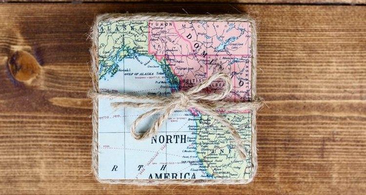 Crea estos increíbles posavasos con mapas antiguos.