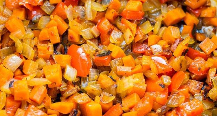 Añade el pimiento jalapeño, el ajo y las especias.