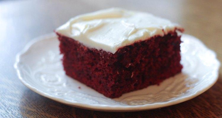 Colocar seu bolo na geladeira em sua bandeja original é uma forma fácil de guardá-lo