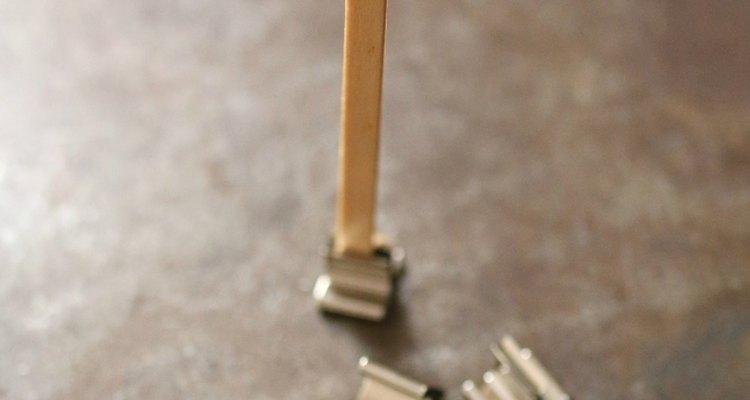 Guias de pavio e clipes podem ser conseguidos na maioria das lojas de artesanato e na internet