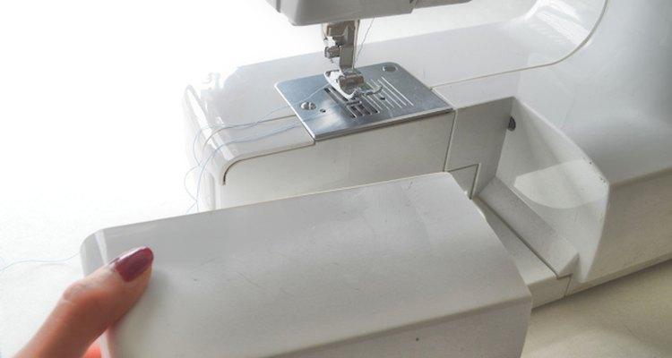 Haz el proceso de coser un poco más sencillo al quitar el estuche cerca del compartimento de la bobina.