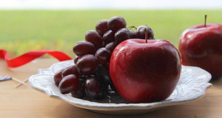 Limpia la fruta naturalmente con una mezcla de bicarbonato de sodio y sal.