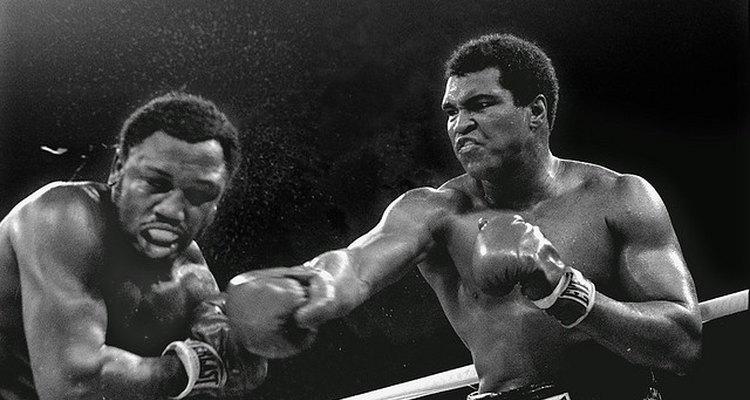 Ali conectando un golpe de derecha sobre el rostro de Frazier