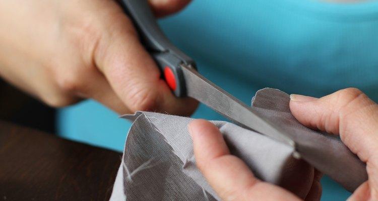 Experimente cortar diferentes formas de tecido para formar o corpo