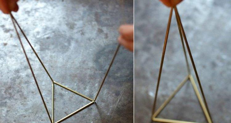 Forma una pirámide.