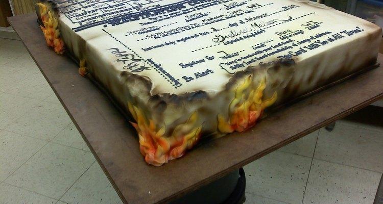 Esta torta de cumpleaños representa una cartilla militar quemada.