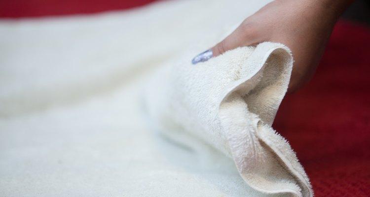 Coloque uma toalha sobre a cama para proteger a superfície do fixador de cabelo
