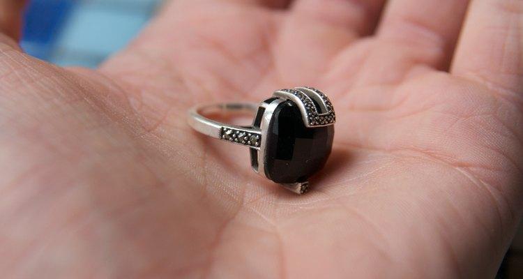 El tamaño del anillo estándar en las tiendas de joyas es 7.