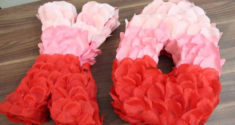 Termina con los pétalos de rosa rojos.
