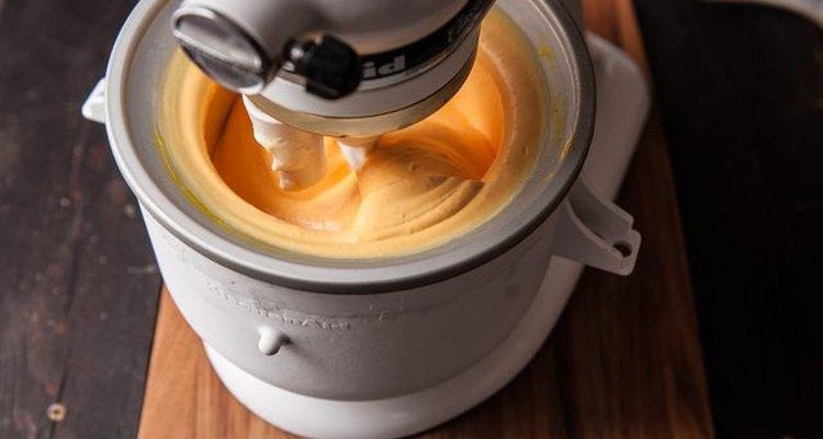 Bate tu helado casero de mango.