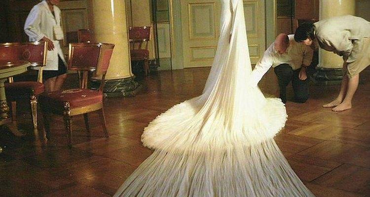 La caída del vestido evoca a una nube que rodea delicadamente a la novia.