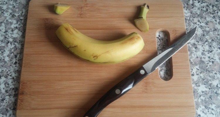 Corta ambos extremos de la banana pero deja la piel