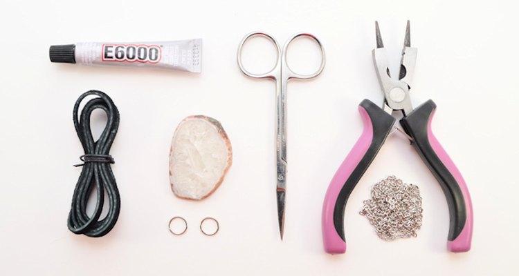 Reúna os materiais necessários para fazer um colar de pedra e couro