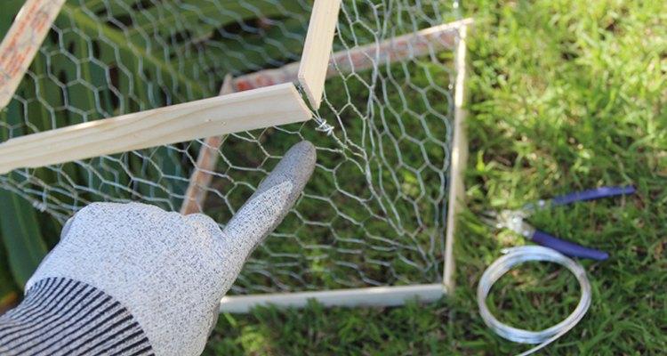 Usa pequeñas secciones de alambre y la pinza para reforzar las paredes de la caja.